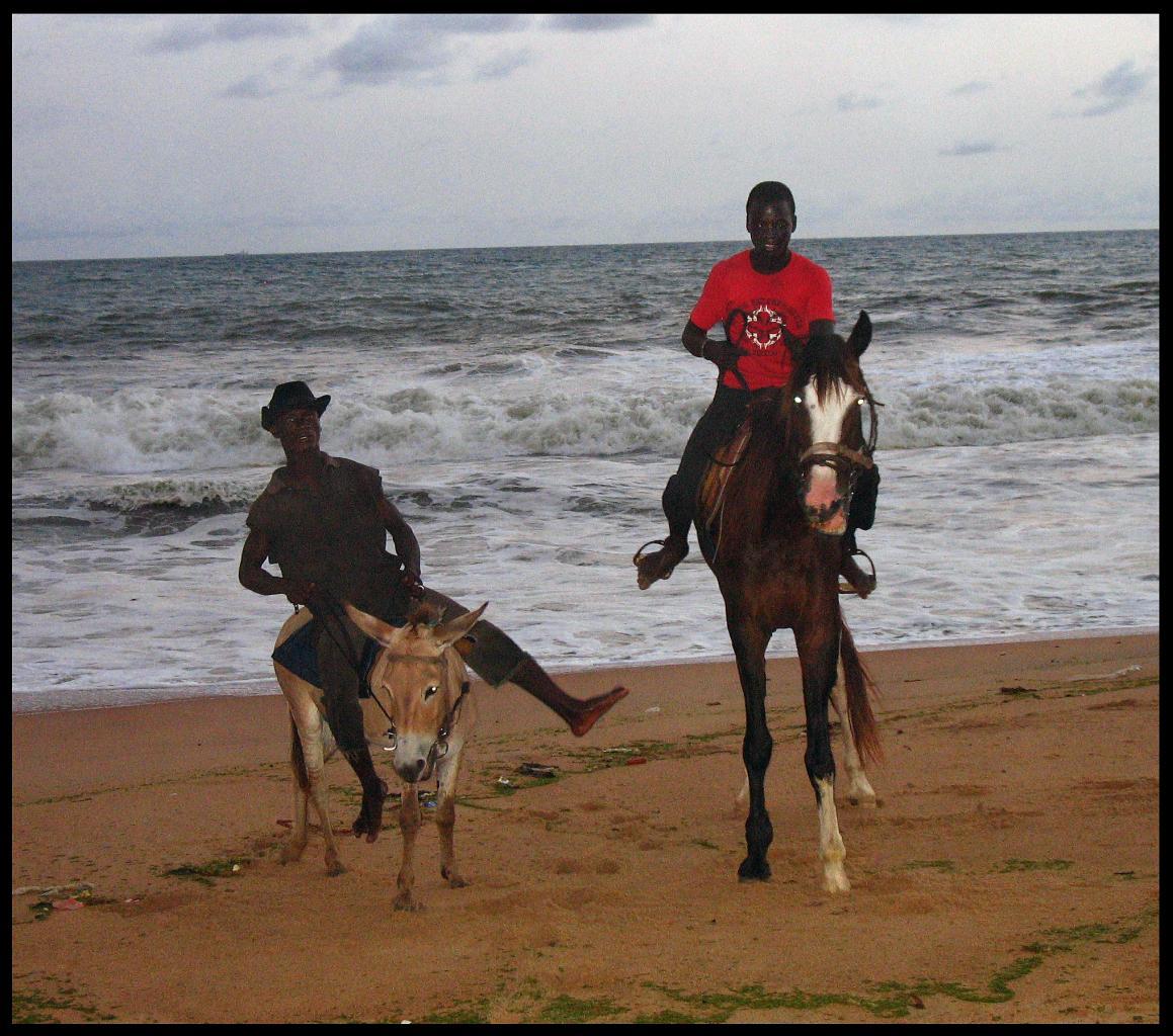 Cavaliers sur la plage de Grand Bassam