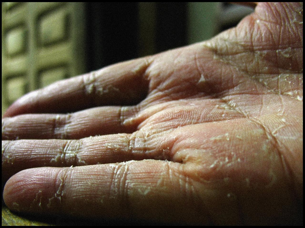 main ouvre la peau tatouage